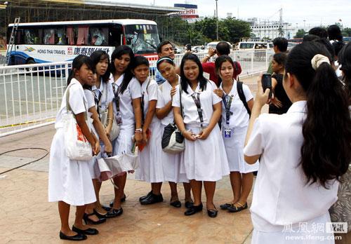 3-manila-philippines-filipinos-taking-photos-during-hostage-crisis-03.jpg