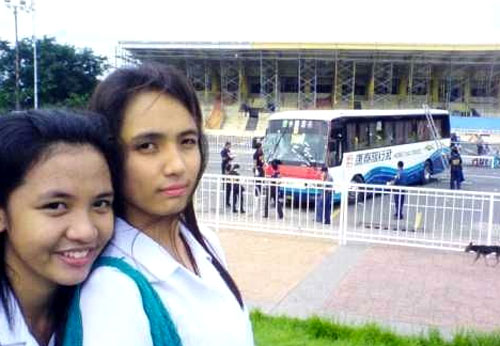 4-manila-philippines-filipinos-taking-photos-during-hostage-crisis-04.jpg