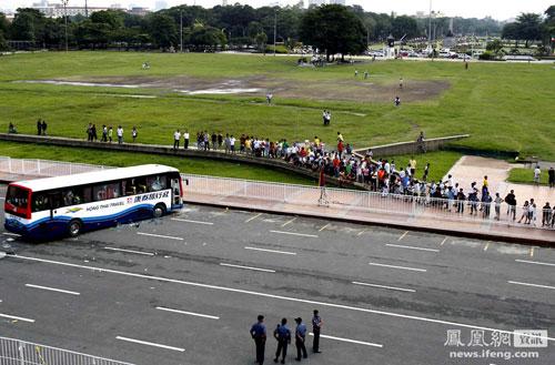 5-manila-philippines-filipinos-taking-photos-during-hostage-crisis-05.jpg